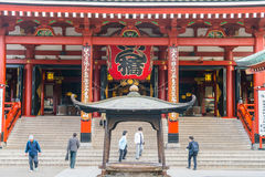 ТОКИО 16-ОЕ НОЯБРЯ: Толпить люди на буддийском виске Sensoji на Novem Стоковые Фотографии RF