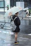 Токио проливного дождя японской девушки ждать Стоковые Изображения RF