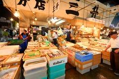 Токио: Рыбный базар морепродуктов Tsukiji Стоковое фото RF