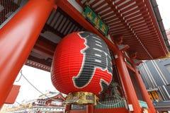 ТОКИО, строб виска Senso-ji в районе Asakusa, главная туристическая достопримечательность ЯПОНИИ - 19-ое ноября 2016 на виске вну Стоковое Фото