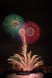 Токио, фестиваль фейерверка залива Odaiba над мостом радуги Стоковая Фотография