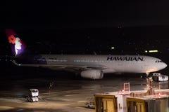 Токио, Япония - 08/01/2017: Животики аэробуса A330-200 авиакомпании Hawaiian Стоковое Фото