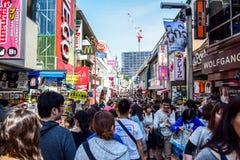 ТОКИО, ЯПОНИЯ - МАЙ 2016: Люди ходят по магазинам на улице Takeshita, известной торговой улице выровнянной с магазинами модной од Стоковое Фото