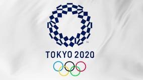 ТОКИО, ЯПОНИЯ, МАРТ 2018: Флаг Олимпийских Игр в Токио 2020 порхая в ветре 2 в 1 сток-видео