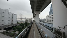 Токио, Япония - 21-ое июня 2018: Вид спереди промежутка времени поезда двигая в город на Daiba сток-видео