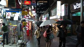Токио, Япония - 20-ое июня 2018: Люди идя на улицу ориентир ориентира Harajuku известную токио видеоматериал