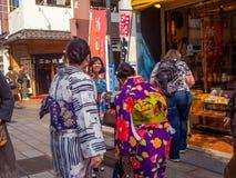 ТОКИО, ЯПОНИЯ 28-ОЕ ИЮНЯ - 2017: Неопознанные люди смотря магазины в буддийском виске Sensoji в токио, Японии Стоковые Фотографии RF