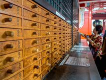 ТОКИО, ЯПОНИЯ 28-ОЕ ИЮНЯ - 2017: Неопознанные люди смотря магазины в буддийском виске Sensoji в токио, Японии Стоковая Фотография RF