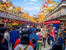 ТОКИО, ЯПОНИЯ 28-ОЕ ИЮНЯ - 2017: Толпа людей смотря магазины в буддийском виске Sensoji в токио, Японии _ Стоковое Изображение RF