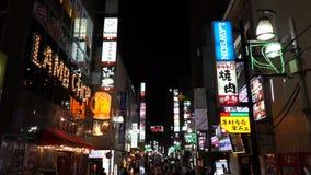 Токио, Япония - 20-ое июня 2018: Торговая улица, рестораны и бар Ueno в токио Японии на ноче сток-видео