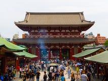 ТОКИО, ЯПОНИЯ 28-ОЕ ИЮНЯ - 2017: Толпа людей идя в буддийский висок Sensoji в токио, Японии Висок Sensoji Стоковые Изображения