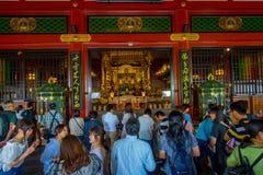 ТОКИО, ЯПОНИЯ 28-ОЕ ИЮНЯ - 2017: Толпа людей идя в буддийский висок Sensoji в токио, Японии Висок Sensoji Стоковое Фото