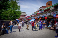 ТОКИО, ЯПОНИЯ 28-ОЕ ИЮНЯ - 2017: Толпа людей идя в буддийский висок Sensoji в токио, Японии Висок Sensoji Стоковая Фотография RF