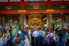 ТОКИО, ЯПОНИЯ 28-ОЕ ИЮНЯ - 2017: Толпа людей идя в буддийский висок Sensoji в токио, Японии Висок Sensoji Стоковые Фото