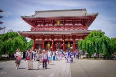 ТОКИО, ЯПОНИЯ 28-ОЕ ИЮНЯ - 2017: Толпа людей идя в буддийский висок Sensoji в токио, Японии Висок Sensoji Стоковое Изображение RF