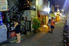 ТОКИО, ЯПОНИЯ 28-ОЕ ИЮНЯ - 2017: Традиционные бары переулка в Shinjuku золотом Gai Золотое gai состоит из 6 крошечных переулков Стоковое Фото