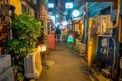 ТОКИО, ЯПОНИЯ 28-ОЕ ИЮНЯ - 2017: Традиционные бары переулка в Shinjuku золотом Gai Золотое gai состоит из 6 крошечных переулков Стоковые Фото