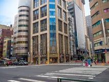 ТОКИО, ЯПОНИЯ 28-ОЕ ИЮНЯ - 2017: Традиционная улица в Shinjuku золотом Gai Золотое gai состоит из 6 крошечных переулков с 200 Стоковое фото RF