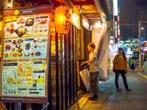 ТОКИО, ЯПОНИЯ 28-ОЕ ИЮНЯ - 2017: Традиционные бары переулка в Shinjuku золотом Gai Золотое gai состоит из 6 крошечных переулков Стоковые Изображения RF
