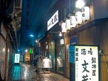 ТОКИО, ЯПОНИЯ 28-ОЕ ИЮНЯ - 2017: Традиционные бары переулка в Shinjuku золотом Gai Золотое gai состоит из 6 крошечных переулков Стоковые Изображения