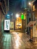 ТОКИО, ЯПОНИЯ 28-ОЕ ИЮНЯ - 2017: Традиционные бары переулка в Shinjuku золотом Gai Золотое gai состоит из 6 крошечных переулков Стоковое фото RF