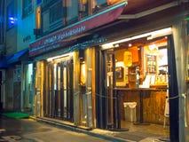 ТОКИО, ЯПОНИЯ 28-ОЕ ИЮНЯ - 2017: Традиционные бары переулка в Shinjuku золотом Gai Золотое gai состоит из 6 крошечных переулков Стоковая Фотография