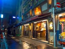 ТОКИО, ЯПОНИЯ 28-ОЕ ИЮНЯ - 2017: Традиционные бары переулка в Shinjuku золотом Gai Золотое gai состоит из 6 крошечных переулков Стоковое Изображение
