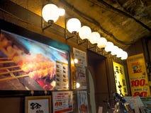 ТОКИО, ЯПОНИЯ 28-ОЕ ИЮНЯ - 2017: Традиционные бары переулка в Shinjuku золотом Gai Золотое gai состоит из 6 крошечных переулков Стоковые Фотографии RF