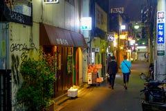 ТОКИО, ЯПОНИЯ 28-ОЕ ИЮНЯ - 2017: Традиционные бары переулка в Shinjuku золотом Gai Золотое gai состоит из 6 крошечных переулков Стоковое Изображение RF