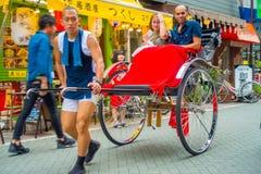ТОКИО, ЯПОНИЯ 28-ОЕ ИЮНЯ - 2017: Туристы едут рикша на виске Sensoji Asakusa Kannon в токио, Японии Рикши a стоковые изображения rf
