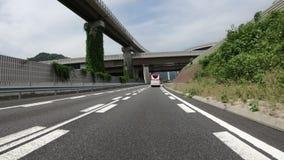 Токио, Япония - 22-ое июня 2018: POV от идущего корабля на шоссе через осложненные структуры моста акции видеоматериалы