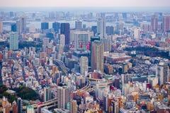 Токио, Япония 29-ое марта 2016: Вид с воздуха горизонта токио с автодорожными мостами Стоковые Изображения RF