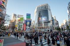 Токио, Япония - 21-ое ноября 2015: Неопознанная прогулка пешеходов Стоковые Фото