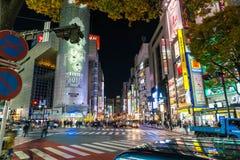 Токио, Япония, 17-ое ноября 2016: Скрещивание Shibuya улицы города с стоковые изображения