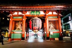 ТОКИО, ЯПОНИЯ - 15-ОЕ НОЯБРЯ 2016: Толпить люди возглавляя к Buddh Стоковое Изображение