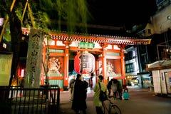 ТОКИО, ЯПОНИЯ - 15-ОЕ НОЯБРЯ 2016: Толпить люди возглавляя к Buddh Стоковые Изображения RF