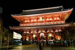 ТОКИО, ЯПОНИЯ - 15-ОЕ НОЯБРЯ 2016: Толпить люди возглавляя к Buddh Стоковое Фото