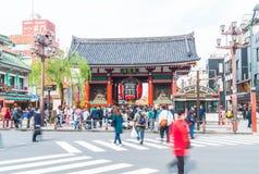 ТОКИО, ЯПОНИЯ - 15-ОЕ НОЯБРЯ 2016: Толпить люди возглавляя к Buddh Стоковое фото RF