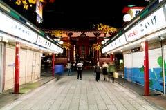 ТОКИО, ЯПОНИЯ - 15-ОЕ НОЯБРЯ 2016: Толпить люди возглавляя к Buddh Стоковое Изображение RF