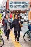 ТОКИО, ЯПОНИЯ - 31-ОЕ ОКТЯБРЯ 2017: Более старые женщины на улице города вертикально Скопируйте космос для текста Стоковое Изображение RF