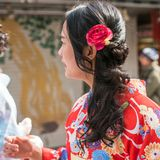 ТОКИО, ЯПОНИЯ - 31-ОЕ ОКТЯБРЯ 2017: Девушка в красном кимоно на улице города Конец-вверх Стоковое Изображение RF