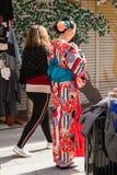 ТОКИО, ЯПОНИЯ - 31-ОЕ ОКТЯБРЯ 2017: Девушка в красном кимоно на улице города вертикально Стоковая Фотография RF