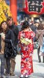 ТОКИО, ЯПОНИЯ - 31-ОЕ ОКТЯБРЯ 2017: Девушка в красном кимоно на улице города вертикально задний взгляд Стоковые Изображения RF