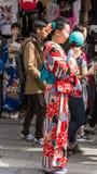ТОКИО, ЯПОНИЯ - 31-ОЕ ОКТЯБРЯ 2017: Девушка в красном кимоно на улице города вертикально Стоковые Изображения RF