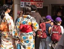 ТОКИО, ЯПОНИЯ - 31-ОЕ ОКТЯБРЯ 2017: 2 девушки в кимоно на улице города задний взгляд Стоковая Фотография RF