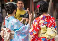 ТОКИО, ЯПОНИЯ - 31-ОЕ ОКТЯБРЯ 2017: 2 девушки в кимоно на улице города Конец-вверх Стоковая Фотография RF