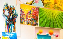 ТОКИО, ЯПОНИЯ - 31-ОЕ ОКТЯБРЯ 2017: Живописные картины проданы в магазине на местном рынке Конец-вверх стоковое фото