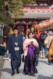 ТОКИО, ЯПОНИЯ - 31-ОЕ ОКТЯБРЯ 2017: Пары в кимоно на улице города вертикально Скопируйте космос для текста Стоковая Фотография RF