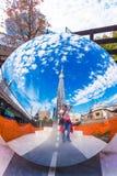 ТОКИО, ЯПОНИЯ - 31-ОЕ ОКТЯБРЯ 2017: Скульптура зеркала на улице города Скопируйте космос для текста вертикально стоковая фотография