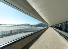 ТОКИО, ЯПОНИЯ - 25-ОЕ ЯНВАРЯ 2017: Интерьер авиапорта Narita токио с широкими окном и людьми Стоковые Изображения RF